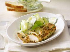 Gekräutertes Knoblauch-Hähnchenfilet mit Gurken-Joghurt-Salat