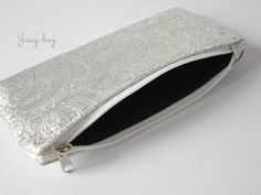 Silver brocade bag of your ID or cosmetics. Zip fastening. With reinforcement and with lining. Size 18x10cm.