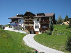 Das Hotel Gravas liegt auf einer Höhe von 1.250m über dem Meeresspiegel umgeben von Bergen am Rande von Vella in Graubünden. Das tierfreundliche Schweizer Hotel ist perfekt für einen erholsamen Sommer- & Winterurlaub! Hunde urlauben gratis.  #hotelgravas #gravas #hotel #urlaub #reisen #ferien #urlaubmithund #reisenmithund #ferienmithund #travelwithdogs #hundefreundlich #schweiz #graubuenden #graubünden #sommerurlaub #berge #wandernmithund #hundeurlaub #tierischerurlaub #welovedogs… Das Hotel, Freundlich, Bergen, Hotels, Camping, Kanton, Mansions, House Styles, Home Decor