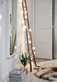 DIY projects with wooden ladder: 20 inspiring pictures and ide .- DIY Projekte mit Holzleiter: 20 inspirierende Bilder und Ideen zum Nachmachen Scandinavian interior in the living room Wooden ladder with fairy lights -