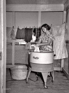 September 1938 - Farm Wife Washing Clothes - Lake Dick Project - Arkansas - Negative by Russell Lee - Farm Security Administration Arkansas, New School Hip Hop, Shorpy Historical Photos, Vintage Laundry, Great Depression, History Of Photography, Documentary Photography, The Good Old Days, Vintage Pictures