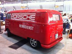 Volkswagen Kombi que não esta equipada com motor Porsche, mas sim uma pintura alusiva à marca alemã.
