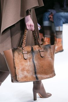 Introducing the Valentino Fall/Winter 2014 Runway Bag Collection. This season Valentino created gorgeous braided handled shopping totes and clutch bags Fall Handbags, Fashion Handbags, Tote Handbags, Purses And Handbags, Fashion Bags, Leather Handbags, Leather Bag, Brown Leather, Paris Fashion