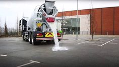 Det nye Topmix Permeable-dekket fra britiske Tarmac kan slippe gjennom opptil 1000 liter vann i timen per kvadratmeter. Foto: Lafarge Tarmac/Youtube