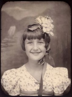 This pic reminds me of REISHA - photo-booth picture of Nancy Cain Dyer in her easter bonnet, Kansas, this is the same girl previous seen in what What About Bobbed called 'the single cutest picture of a child EVER! Mom Pictures, Vintage Pictures, Vintage Images, Antique Photos, Vintage Photographs, Old Photos, Selfies, Vintage Magazine, Vintage Photo Booths