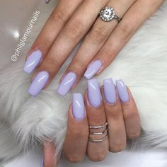 These gorgeous lilac acrylic nails are so chic.