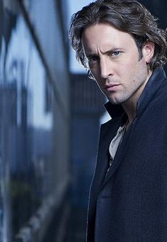 Alex O Loughlin  moonlight