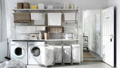 Waschküche mit ALGOT Kombination aus Wandschienen, Böden und Wäschehaltern Metall weiß, ALGOT Rahmen mit Rollen mit Beutel in Weiß, transparenten SAMLA Boxen und FLYTTA Servierwagen in Edelstahl