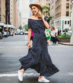 Street style com maxi vestido de bolinha e tênis Adidas Originals.