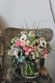 roses Vuvuzuela, des Anémones, du Genêt, des Tulipes roses, des Roses branchues, des Astrantias blanches