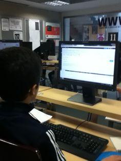 Marcos, CCI da biblioteca Forum traballando na elaboracion da guia de lectura.