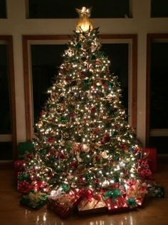 Creative Christmas Tree Ideas With Lighting 29 Christmas Flower Decorations, Creative Christmas Trees, Beautiful Christmas Trees, Christmas Tree Themes, Xmas Tree, Christmas Traditions, Christmas Lights, Christmas Holidays, Outdoor Christmas Trees