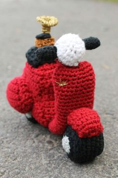 Vespa amigurumi for my father on his 50th birthday! He also is a gramophone DJ so I added that small detail to it.