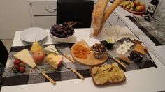 Resultado de imagem para mesa de queijos e vinhos simples