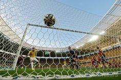 サッカーW杯ブラジル大会(2014 World Cup)準々決勝、ブラジル対コロンビア。先制点を決めるブラジルのチアゴ・シウバ(Thiago Silva、左、2014年7月4日撮影)。(c)AFP/EITAN ABRAMOVICH ▼5Jul2014AFP|ブラジルがコロンビア下し準決勝へ、ネイマールは負傷し担架で運ばれる http://www.afpbb.com/articles/-/3019676 #Brazil2014 #Brazil_Colombia_quarterfinal