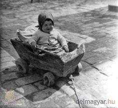 Húzhatsz! - Tápéi kisgyermek jellegzetes gyerekkocsiban. Benedek László fotója a második világháború előtti időszakból.