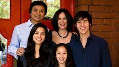 Li Cunxin con su familia. Su autobiografía se llevó al cine bajo el nombre de Mao's Last Dancer (2009)