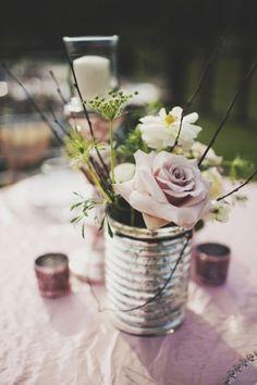 Os presentamos diferentes ideas para decorar vuestra boda con botes y latas, combinando con diferentes flores y consiguiendo un toque rústico y muy vintage.