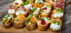 Canapes lassen sich gut vorbereiten und vielfältig belegen. Brot, Butter und Salat sind die Basis. Fisch, Fleisch, Gemüse und Co. runden das Fingerfood ab.
