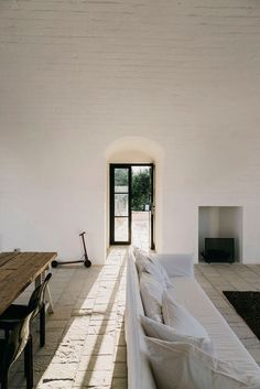Masseria Moroseta Hotel Architect: Andrew Trotter Location: Ostuni, Puglia, Italy Masseria Moroseta Hotel Interior By Andrew Trotter Home Interior, Interior Architecture, Interior And Exterior, Interior Decorating, Mansion Interior, Interior Plants, Farmhouse Interior, Farmhouse Decor, Casa Cook