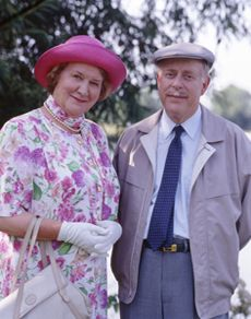 Keeping Up Appearances. Image shows from L to R: Hyacinth Bucket (Patricia Routledge), Richard Bucket (Clive Swift). Comedy Series, Comedy Tv, Comedy Show, Film Serie, Series 3, British Tv Comedies, British Comedy, British Actors, English Comedy