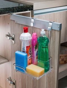 Deixe sua cozinha com mais estilo, bonita e organizada. SUPORTE PARA SABÃO, DETERGENTE E ESPONJA PARA PORTA DE ARMÁRIO - Ref. 1134 Este organizador possui o diferencial de ser facilmente encaixado na porta do armário, dispensando o uso de parafusos e ferramentas. O suporte para sabão, detergente e esponja possui local para armazenar detergentes, esponja e sabão, permitindo que a bancada fique limpa e seca. Rápida instalação. Aço cromado. Dimensões - 15x20x29,5 cm Garantia de 5 anos contra…