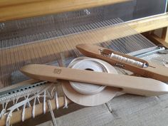 Weaving with poppana. Clothes Hanger, Spin, Loom, Weave, Hand Weaving, Knitting, Rugs, How To Make, Coat Hanger
