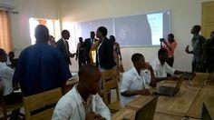 Salle de cours de la filière Maintenance Informatique, simulation sur des logiciels. Comment le Numérique change le Lycée Technique d'#Aneho  #EcoleNumérique