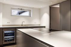 Plan de travail de cuisine et îlot avec plaque de cuisson intégrée à fleur, hotte encastrable. En Solid Surface V-korr. Plus d'infos : http://www.v-korr.com/home/maison-cuisine-salle-bains-solid-surface/