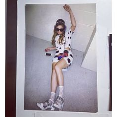 😱💆🏼😱 the awkward position you assume when you're about being on tonight but you're trying to act Scream Queens 3, Scream Queens Fashion, Billie Lourd Scream Queens, Tumblr Fashion, Fashion Tv, Star Fashion, Cute Skirt Outfits, Cute Skirts, Clueless Outfits