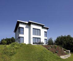 Beim Bauunternehmen Fingerhaus GmbH kann man sich ein Haus nach seinen eigenen Vorstellungen bauen lassen. Wer auf eine moderne Burg mit strahlend weißer Fassade, großen Fensterfronten und dem besten Ausblick der Stadt steht, wird sich aber auch schon in dieses Traumhaus verlieben.