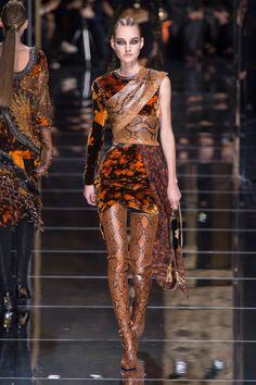 Here, see every look from the Paris Fashion Week Balmain Fall 2017 runway show. London Fashion Weeks, Best Of Fashion Week, Paris Fashion, Balmain Paris, Balmain Boots, Alessandra Ambrosio, Fashion News, Fashion Show, Fashion Design