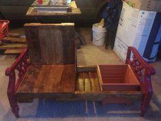 Mueble hecho con paletas de madera totalmente reciclado con cajón para libros, revista, una hielera pequeña para vinos y un espacio para poner una planta