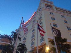 Hotel Sheraton, Viejo San Juan.  Las banderas se encuentran en muy buen estado y en la altura adecuada. Realmente el hotel luce hermoso y creo que las banderas hacen una buena representación.
