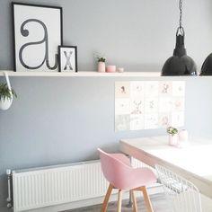 Nachtkastje slaapkamer met houten lamp | Bedroom nightstand with ...