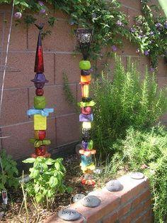 Totems Great way to add color when your NOT a gardener Mosaic Garden, Glass Garden, Crystal Garden, Garden Crafts, Garden Projects, Outdoor Art, Outdoor Gardens, Garden Poles, Garden Whimsy