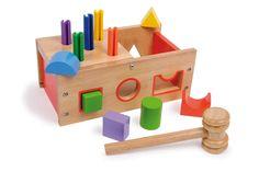 Geometrische houten blokken in de passende openingen steken, stabiele kunststof pennen in de gaten in de 1/2-zijdige opklapbare deksel slaan – een enorm plezier voor kinderhanden en -ogen.