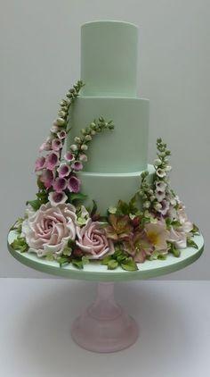 A dreamy floral wedding cake that looks perfect for a summer garden wedding.  #SummerWedding #WeddingCake #FloralWeddingCake