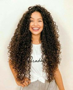 45 pictures of curly-haired women who will make you embrace their waves - Page 31 of 44 - myflyinghair . Long Curly Hair, Curly Girl, 90s Grunge Hair, Curly Hair Tutorial, Natural Hair Styles, Long Hair Styles, Brown Blonde Hair, Hair Color Dark, Dream Hair