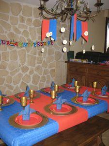 Anniversaire chevalier : table (pliage serviette fleur de lys)