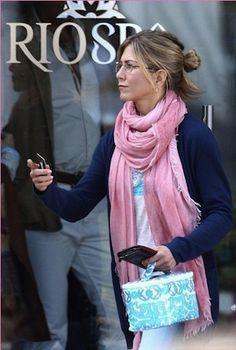 Jennifer Aniston i rosa pashmina