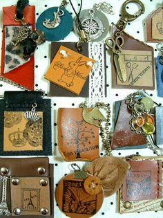 革タグのアレンジこんなのどうでしょう? | 革遊び的レザークラフトとか Tag Art, Leather Craft, Crafting, Chain, Totes, Leather Crafts, Necklaces, Crafts To Make, Crafts