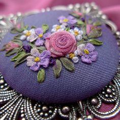 Broches feitos à mão. Ordem filigrana Broche com fitas de seda bordados Vintage humor. Lida Klim ornamentos com bordados. Feira dos Mestres.
