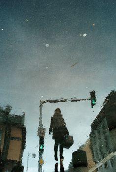 もう一つの世界がある気がする!雨降る街の水たまりの向こう側。