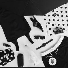 Minimalistická black and white letní kolekce. Plavky Marshal Apparel, Native Youh, čepice Wesc, brýle, hodinky Komono, boty Vans, Jujushoes. To vše na www.freshlabels.cz