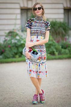 Bloggerin Chiara Ferragni übertreibt es ein bisschen bei ihrem Look und kombiniert bunte Sneaker, eine poppige Clutch und viel Schmuck zu dem schon auffälligen Dress