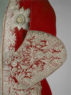 Men's court dress: Russia - Victoria and Albert Museum Red wool suit worn by Peter II, Museum © The Moscow Kremlin Museums 18th Century Clothing, 18th Century Fashion, 17th Century, Historical Costume, Historical Clothing, Historical Dress, Mode Renaissance, Red Wool Coat, Art Du Fil