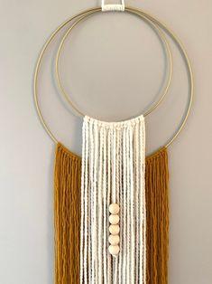 Macrame Wall Hanging Diy, Macrame Wall Hangings, Yarn Wall Art, Diy Wall Art, Diy Crafts For Home Decor, Macrame Patterns, Crochet Patterns, Macrame Design, Boho Diy