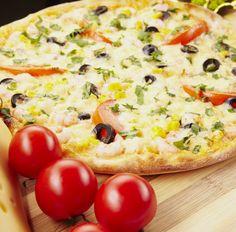 Pizza (Tortilla) mit Krabben, Tomaten, Oliven und Mais