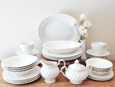 love this vintage china Classic House, Furnishings, White Vintage, Dinner Plates, Vintage Canisters, Plates, Home Furnishings, Vintage Dishes, Dish Rack Drying